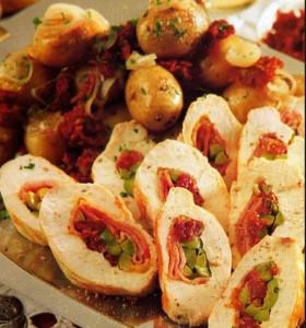 Arrollado de pollo con aceitunas y tomates secos