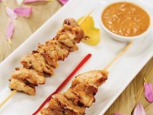 Brochetas de pollo con salsa de maní