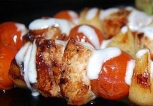Brochetas de pollo en salsa