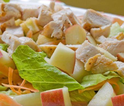 Ensalada de pollo, manzanas y lechuga