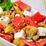 Ensalada de pollo, tomate y queso de cabra