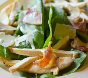 Ensalada de pollo y espinacas crudas