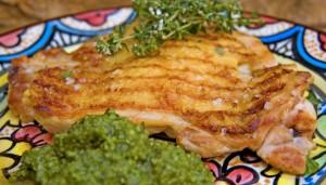 Muslos de pollo con salsa pesto
