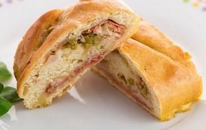 Pan relleno con pollo y aceitunas
