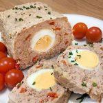 Pastel de pollo relleno con huevos duros