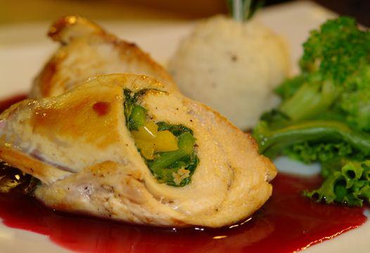 Pechugas de pollo rellenas con brocoli y pimientos