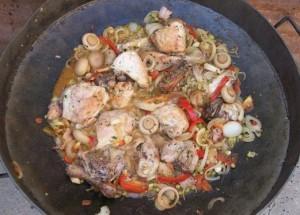 Pollo al disco con vino y champiñones