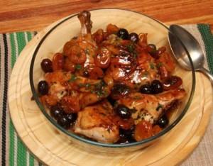 Pollo con aceitunas negras y damascos