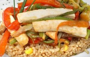 Pollo con arroz integral y verduras