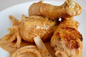 Pollo con cebollas y crema