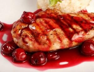 Pollo con salsa de cerezas