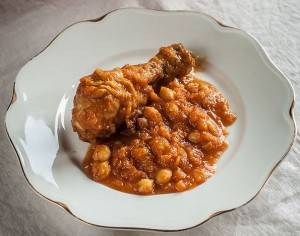 Pollo estofado con garbanzos