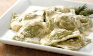 Ravioles verdes de pollo y ricota