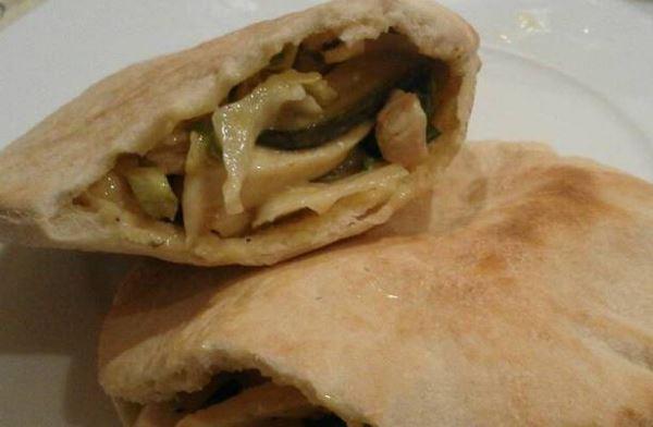 Receta de Sándwich de pollo con pepinillos en pan pita