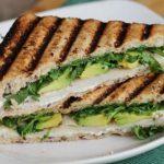 Sandwich tostado de pollo y palta