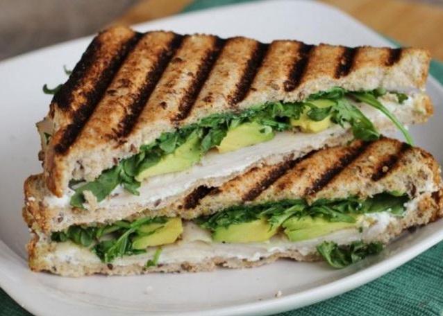 Receta de Sandwich tostado de pollo y palta