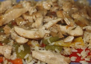 Sofrito de pollo y pimientos con arroz