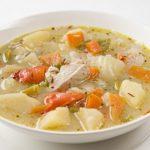 Sopa casera de pollo y papas