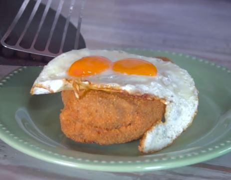 Supremas de pollo rellenas con huevo frito