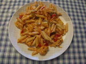 pasta con pollo y salsa de tomate